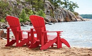Abb. zeigt Classic Adirondack-Stuhl mit Getränkehalter und Fussstütze F01 in rot (Aufstellungsbeispiel)