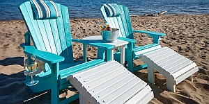 Abb. zeigt Classic Adirondack-Stuhl (türkis) mit Getränkehalter und Fussstütze F04 in weiß (Aufstellungsbeispiel)