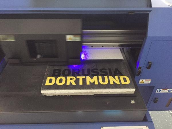 Ein Industriedrucker beim aufbringen von unserem TBV-Steinlack